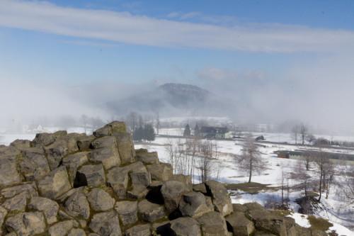 Zuschauen, wie der Steinschönauer Hausberg (Senovsky Vrch) aus dem Nebel auftaucht.