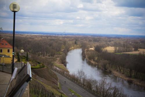 Man sieht sie kaum, die Elbe, so schmal ist sie hier, wo sie in die Moldau mündet.