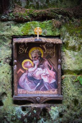Zwischendurch im Sandstein immer mal wieder Heiligenbilder und andere Gedenktafeln