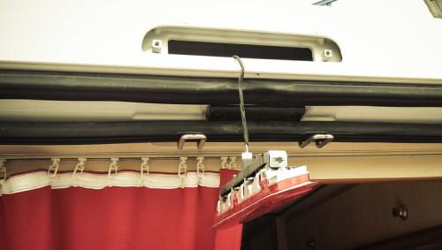 Kein Dauerplus an der Bremsleuchte, auch nicht an den anderen Kabeln, die da oben so rumliegen.