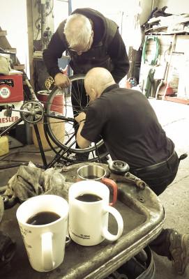 Zwischendurch wird noch ein Fahrrad repariert