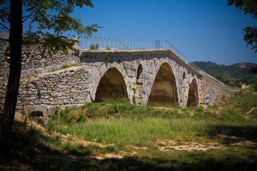 Pont Julien –die Brücke war bis 2005 noch für den Verkehr in Betrieb!
