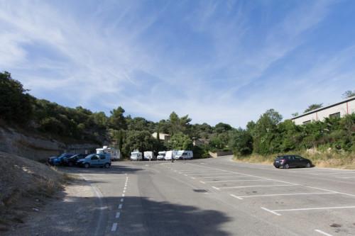 Stellplatz an der Gendarmerie in Gordes –Laufweite zum Ortskern, viel Platz, Ver- und Entsorgung, 8 Euro die Nacht (Siena-style, Du zahlst 24h, egal wie lange Du parkst)