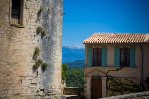 Venasque, einer von vielen großartigen Ausblicken an jeder Ecke.