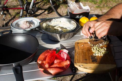 Freiluftküche mit Wiegemesser und Schalotten.
