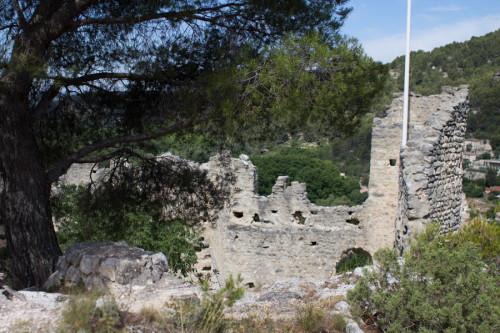 Die Burg oberhalb des Dorfes – etwas Gekraxel, nicht viel los hier oben, rundum geht es steil hinunter.