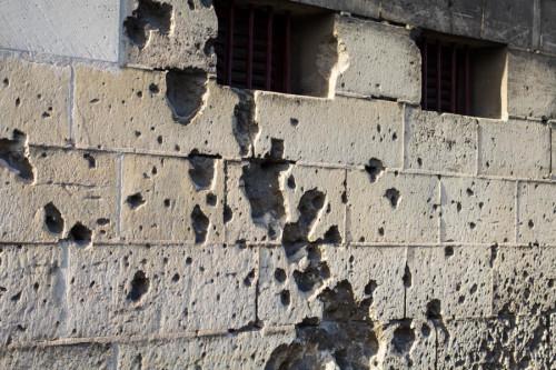 Die Einschußlöcher sieht man übrigens überall in der Stadt in den Häuserwänden.