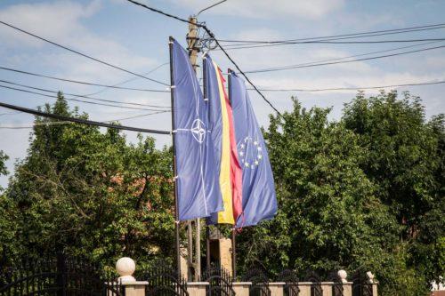 Vor dem dörflichen Kultursaal: hier steht man offenbar zur NATO-Mitgliedschaft.