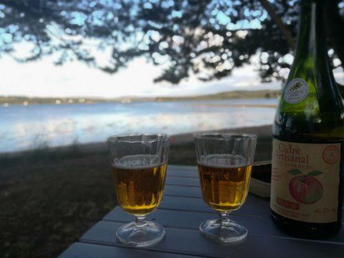 Zwei Gläser Cidre mit Blick auf das Wasser