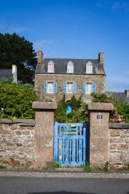 Bretagne Haus mint blauem Tor und Fensterladen