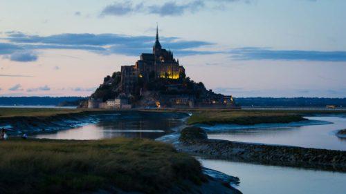 Beleuchteter Mont Saint Michel von der Aussichtsplattform aus