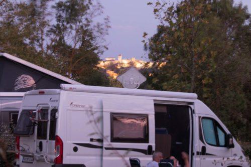 Blick vom Campingplatz auf die beleuchtete Zitadelle in Sisteron